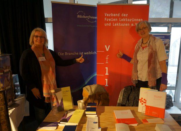 Dr. Mirjam Heintzeler (r.) und Birgit Bramlage von den BücherFrauen am Gemeinschaftsstand auf der RegensBUCH (Bild: Stefan Hotop, Freising)