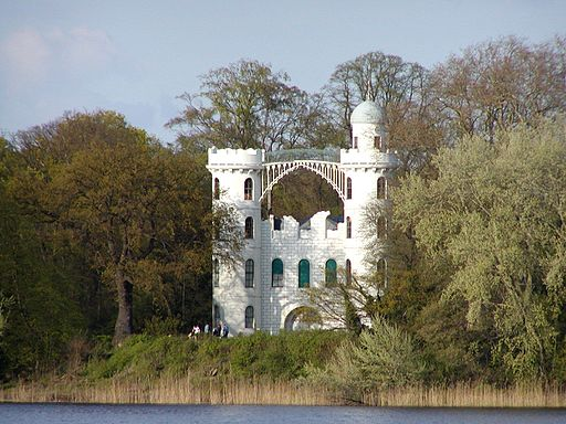 Das Schloss auf der Pfaueninsel (By RThiele (Own work) [GFDL (http://www.gnu.org/copyleft/fdl.html) or CC BY-SA 3.0 (http://creativecommons.org/licenses/by-sa/3.0)], via Wikimedia Commons)