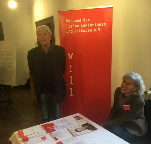 Eckhard Henscheid am VFLL-Stand, Foto: Bernhard S. Maier